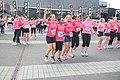 Verschillende groepen en groepjes vrouwen bewegen Ladiesrun 2015.jpg