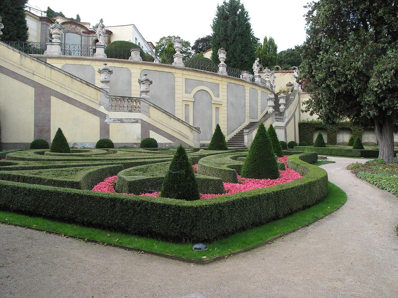 Vrtbovská zahrada, dekorace druhého parteru.JPG