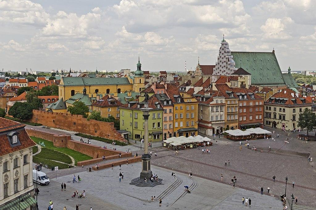 Vue depuis l'église Saint Anne sur la place du chateau et la Vieille Ville de Varsovie. © A.Savin, Wikimedia Commons