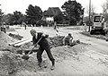 Wegwerkzaamheden op de Kruising van de Militairenweg (links) de Zeeweg en de Spoorlaan (rechts). Aangekocht in 1988 van United Photos de Boer bv. - Negatiefnummer 28363 k 20 a. - Gepubliceerd in het H.JPG