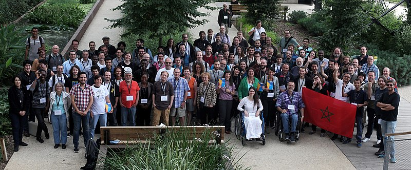 WikiConvention francophone 2016 Photo de groupe resserrée.jpg
