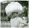 Woman carrying bundle on head, Natchez, Mississippi, August ... (3109740199).jpg