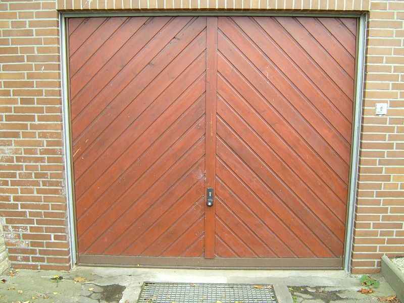 File:Wooden garage door.jpg
