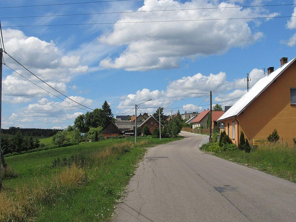 1024px-Zabudowania_przy_ulicy_Wiejskiej_w_Lubikach.JPG