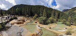 Huanglong, Sichuan - Image: 黃龍 迎賓池