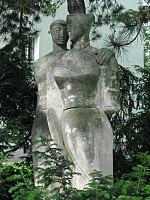 1160 Pfenninggeldgasse 1 - Franz Novy-Hof - Natursteinplastik Freundinnen von Arthur Hecke 1959 IMG 2572.jpg