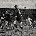 1947, finale du championat de France de rugby, l'arrière toulousain Mellet passe à Dutrain.jpg