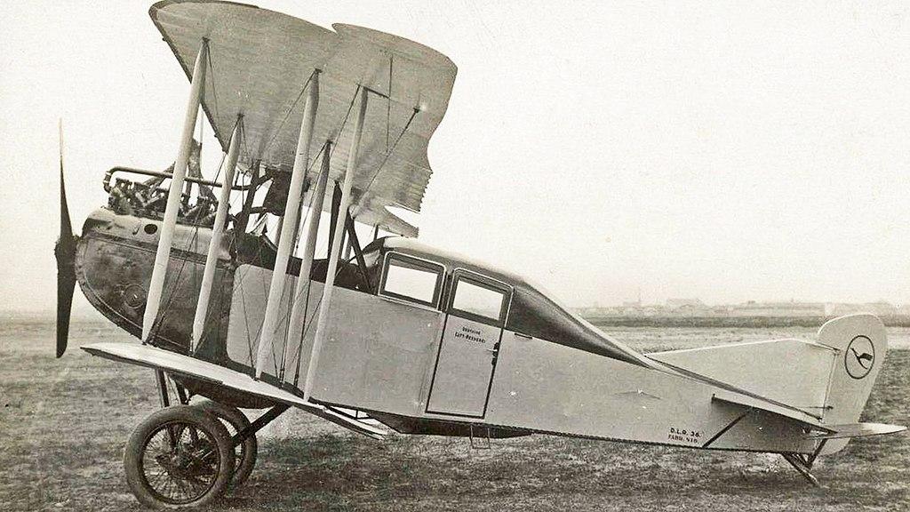 Cabina de un AEG J.II, alrededor de 1920. Si te fijas en la imagen, podrás ver el logotipo que aún llevan los aviones de Lufthansa.