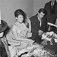 Aankomst Anneke Gronloh uit Djakarta op Schiphol, Anneke met echtgenoot, Bestanddeelnr 917-3272.jpg