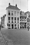 foto van Huis met gepleisterde lijstgevel, aan voorzijde met verdieping onder schilddak met hoekschoorstenen verhoogd