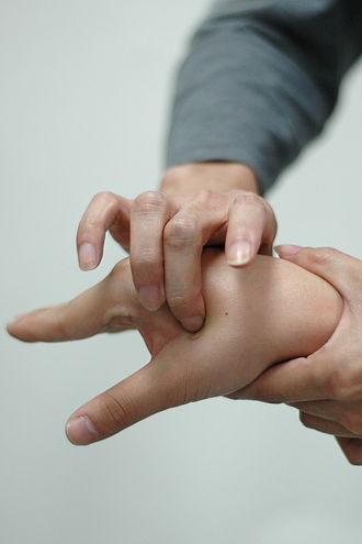 Acupressure - Acupuncture point LI-4 (Hegu) known in Chinese as 合谷 (hégǔ)
