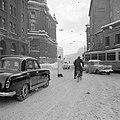 Agent regelt het verkeer in de sneeuw nabij de Lenbachplatz, Bestanddeelnr 254-3721.jpg