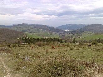 Aguíñiga - Image: Agiñiga herrira heltzen Gorobel mendilerrotik bueltan