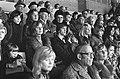 Ajax tegen Haarlem 4-0, Johan Cruijff met vrouw op tribune, links mevrouw Swarts, Bestanddeelnr 927-5883.jpg