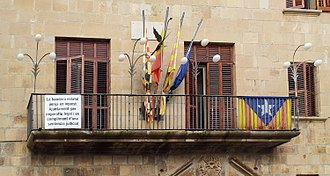 "Association of Municipalities for Independence - Town hall in Tàrrega (a member of AMI) displaying the Catalan independence flag and a declaration that ""the state (Spanish) flag hangs on this town hall out of legal obligation and in compliance with a court order"""