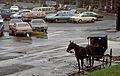 Amischer Kutscher auf einem Supermarkt-Parkplatz 06-1973.jpg