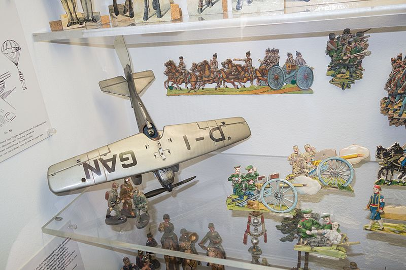 File:Antique toy soldiers and artillery scene (26166631143).jpg