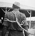 Arrestant geboeid met de z.g. Atjehknoop, op de rug gezien, Bestanddeelnr 15848.jpg