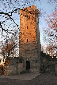 Der Aussichtsturm (Bergfried) der Weilerburg