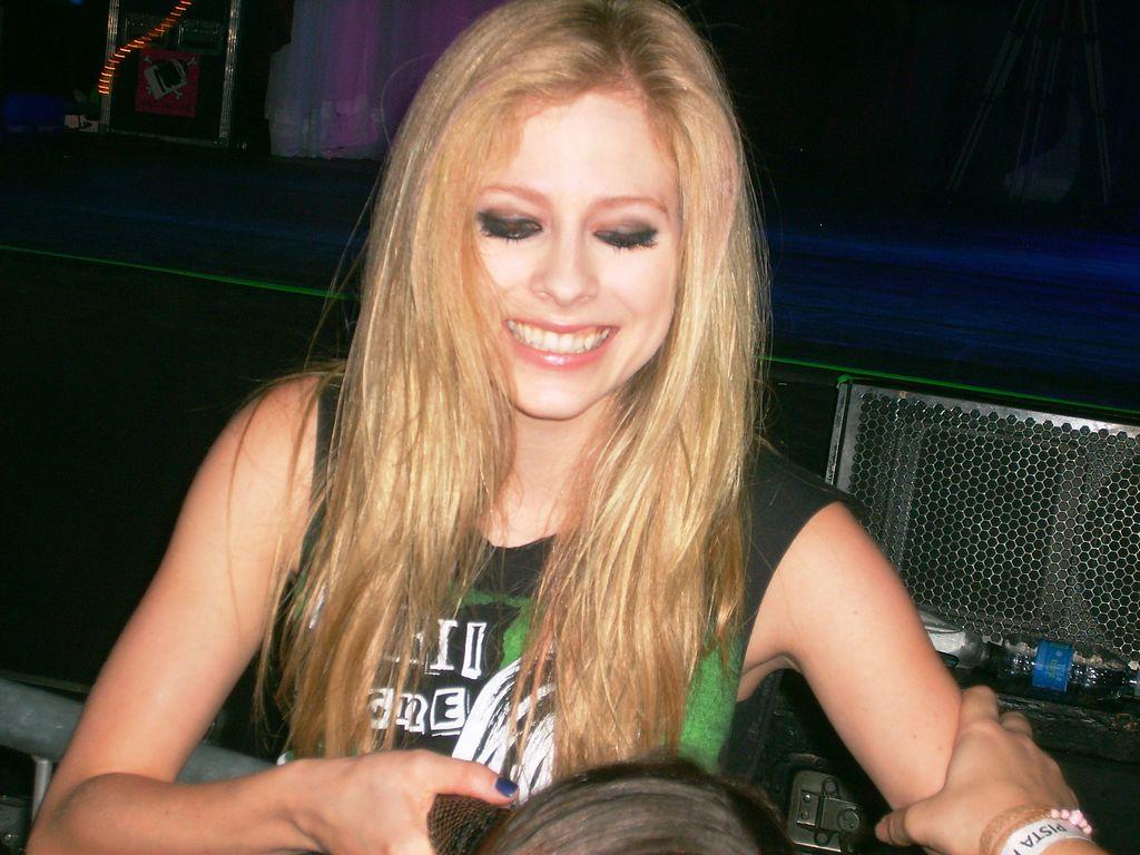 Avril Lavigne Black Wedding Cake