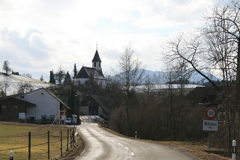 File:Bözen Ortstafel und Kirche.jpg