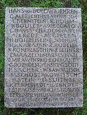 Ehrenstein für den Dirigenten Hans von Bülow vor seinem Grabmal (Quelle: Wikimedia)