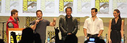 Da sinistra a destra: Chris Hardwick (presentatore), Zack Snyder, Ben Affleck, Henry Cavill e Gal Gadot al San Diego Comic-Con 2014.