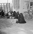 Bedoeïenenvrouwen in traditionele klederdracht op de markt met hun koopwaar in b, Bestanddeelnr 255-3455.jpg