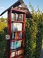 Boekenkast in de tuin.jpg