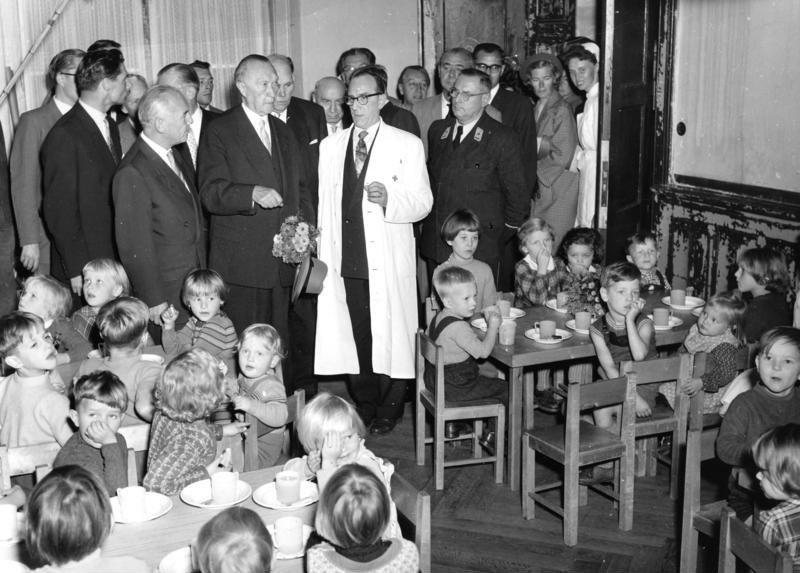 Bundesarchiv B 145 Bild-P046783, Adenauer im Kindergarten eines Flüchtlingslagers