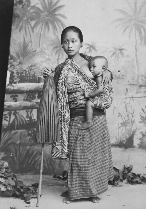 COLLECTIE TROPENMUSEUM Studioportret van een Javaanse vrouw met haar baby aan de borst TMnr 60027223