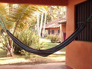 61afe4600 Uma rede em uma casa de praia.