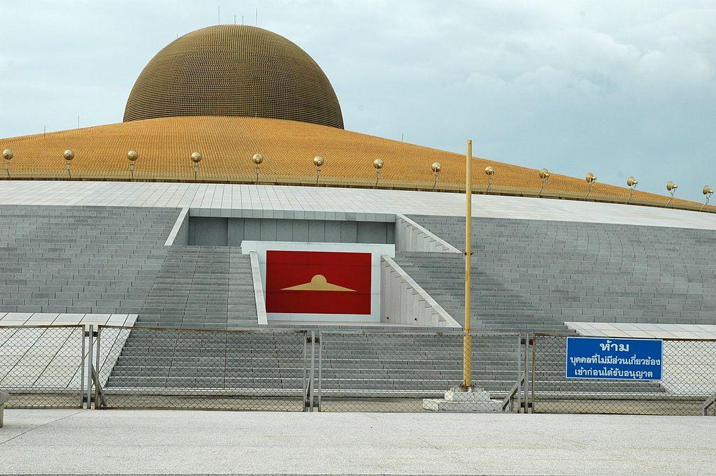 Chedi des Wat Phra Dhammakaya. wikimedia.org/ Jpatokal auf wts wikivoyage/GFDL