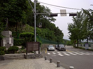 Blue House raid - Image: Choi Gyushik statue on Segeomjeong near Changuimun