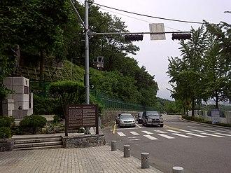 Blue House raid - Image: Choi Gyushik statue on Segeomjeong near Changuimun