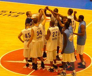 Chorale Roanne Basket - The 2007-08 team huddle before a match with Fenerbahçe Ülker.