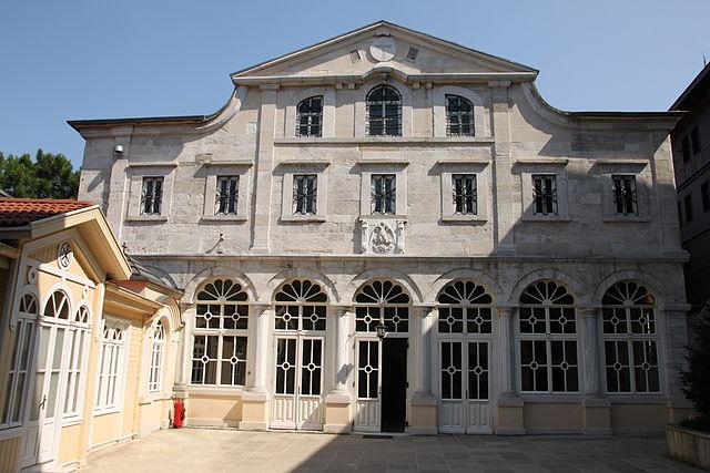 https://upload.wikimedia.org/wikipedia/commons/thumb/0/05/Church_of_St._George%2C_Istanbul_%28August_2010%29.jpg/640px-Church_of_St._George%2C_Istanbul_%28August_2010%29.jpg
