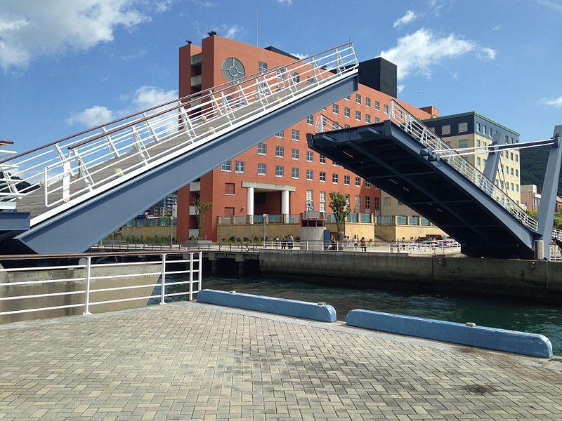 File:Closing Blue-Wing Moji Bridge and Moji Port Hotel in Mojiko Retro Area.JPG