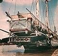 Collectie NMvWereldculturen, TM-10035699, Dia, 'Buginese prauw langs de kade', fotograaf onbekend, 1932-1940.jpg