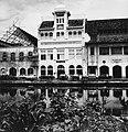Collectie NMvWereldculturen, TM-20000893, Negatief, 'Gebouw waarin tijdens de koloniale periode een assurantiekantoor heeft gezeten aan de Jalan Kali Besar Timur', fotograaf Boy Lawson, 1971.jpg