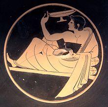 Fresque de couleur ocre et noire, abîmée en son centre et représentant un jeune homme assit sur une chaise longue, vêtu d'une toge et tenant un vase dans sa main.