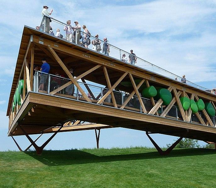 File:Das Bauwerk mit einem Dreieck-Grundriss ragt zehn Meter über den Abhang hinaus und bietet freie Sicht nach allen Seiten. Die Baukosten betrugen rund 400.000 Euro. - panoramio.jpg