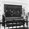 De Staalmeesters van Rembrandt wordt opgehangen, Bestanddeelnr 900-5346.jpg