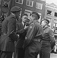 Decoratie Hollandse soldaten met Franse onderscheiding, Bestanddeelnr 901-6339.jpg