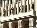 Dom Towarowy-rzeźby alegoryczne na portyku filarowym.JPG
