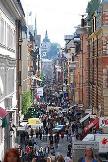 Til venstre:   Drottninggatan sydpå fra Tegnergatan.   I fonden Katarina kyrkaTill højre:   Drottninggatan nordpå fra Nordstrøm, med Anders Årfelts betonløve.