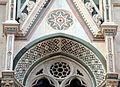 Duomo di firenze, medaglioni intarsiati in marmi nei timpani delle finestre sui fianchi 20.JPG