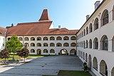 Eberndorf Stiftsgebäude barocker Arkadenhof N-Ansicht 28082018 4334.jpg