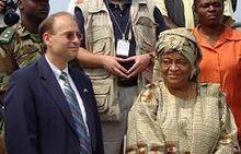 Ellen Johnson Sirleaf con l'ambasciatore statunitense Donald E. Booth