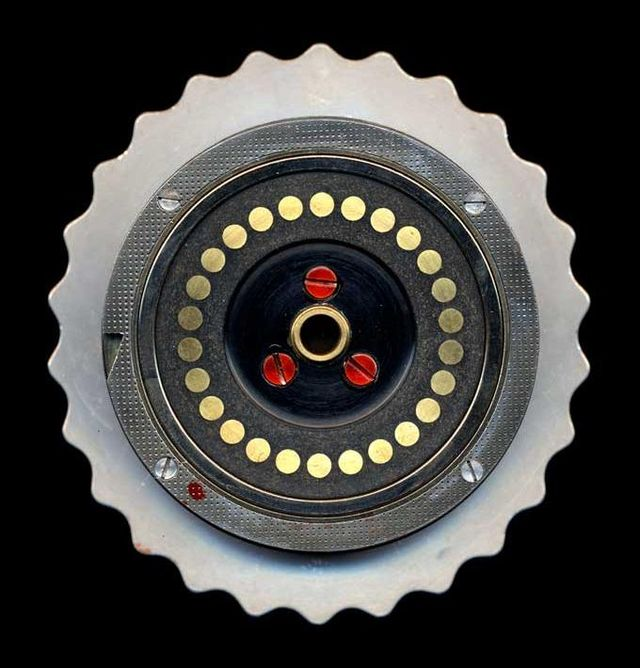 640px-Enigma-rotor-flat-contacts.jpg
